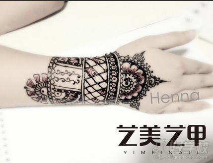 mehandi;英文也可叫henna或hennaart,中文有叫印度手绘,印度纹彩,人体