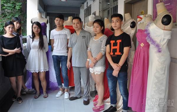 9月23日,由香港服装学院立体剪裁老师占国干指导的服装设计专业41班服装立裁作品在学院教学大楼三楼作品展示走廊顺利展出。这次展出的立裁作品以晚礼服为主,是同学们学习立体裁剪课程成果的一次综合体现。  香港服装学院学员与占国干老师合影 立体剪裁的造型方法素有软雕塑之称,是制作成衣的重要部分。41班学生从备布、垂平、墨刻、琢形到追影,将自己巧妙、大胆的创意融入到高雅的晚礼服设计中,本次展览展示的十几件晚礼服立裁作品各具特色,凸显少女灵动气息的蝴蝶修身晚礼、俏皮可爱的萝莉抹胸小晚礼或简约、或高贵、或典雅,