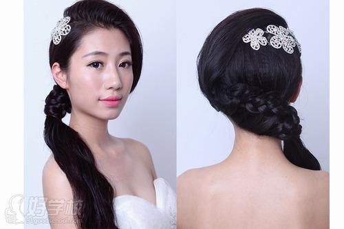 把刘海蓬松盘起,再配上辫发斜马尾上,把新娘变得清新又俏皮.