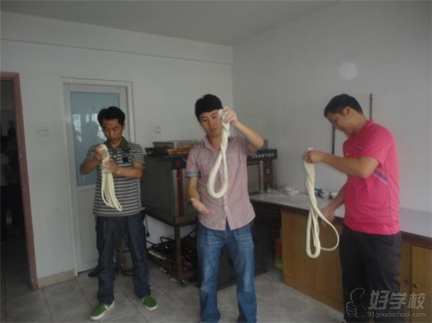 深圳南北小吃培训学校学员练习制作拉面