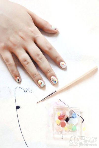 特别美甲步骤  1,使用薄的楔形化妆绵尖端,在指甲上涂出一个渐变的