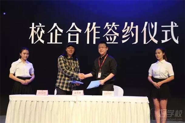 龙图教育与成都大学校企合作签约现场-校企合作新模式 王阳总经理被图片