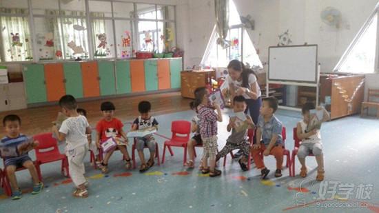 教学实习是培养合格教师的重要实践环节,通过教育实习锻炼提高学生理论联系实际和分析问题、解决问题的能力,获得教师职业的实际知识和能力,为今后顺利走上工作岗位打下良好的基础。2015年5月11日,我校教务科组织学前教育专业2013级学生到湛江市树童幼儿园、新世纪幼儿园和新报幼儿园等多所幼儿园进行为期四周的教育实习。实习的内容包括熟悉幼儿园小朋友和一天的常规工作,跟幼儿园保育员和老师学习生活管理;跟班学习,协助上课,掌握教学流程;实际上课、相互听课和评课等。整个实习期间,学生还将参与和协助幼儿园老师进行六.