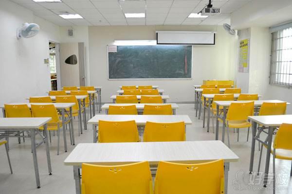 导读:俄罗斯国家与我们中国临近,商务贸易来往也相对密切。好学校上有不少的学员为了能提升俄语应用水平,不断向小编打听比较好的小语种培训学校教学安排。当中有学员也留意到了蓝天外语学校,学员们都来向小编打听蓝天外语小语种学校俄罗斯语培训课程的教学安排与收费标准。为此,我带着学员们的疑问一起来看看蓝天外语学校俄语课程开班安排吧。  【开班课程】 精品俄语初级班 ¥2980元 适用学员 对俄语感兴趣零基础学员 课程简介 蓝天外语《精品俄语初级班》采用《走遍俄罗斯》,围绕俄语发音、基础词汇构成、常用句型讲解等环节展开