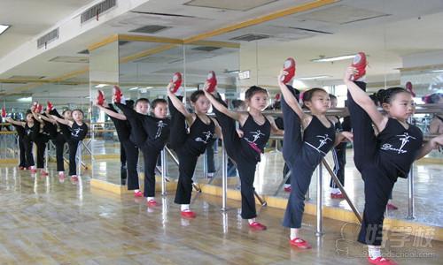 这是舞蹈基础训练中最为基本的训练内容