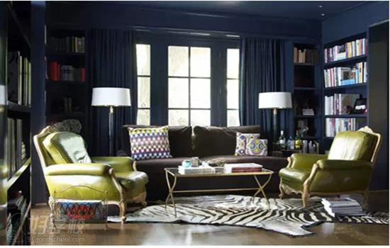 1.贝特斯伯恩哈姆:切勿把家具全都顶墙放,把座椅稍稍拉拉(哪怕是几英尺)你便可以瞬间温暖空间并创造出空气流动。每个软装设计师都有其自己的改变空间氛围的技巧,他们一致相信家应该适于居住,并且可以体现屋主的兴趣、激情而不要太过传统。上面这间舒适的图书馆就很好地体现了出来。温馨而又温暖的同时,给我们一个一瞥主人生活的机会。 2.