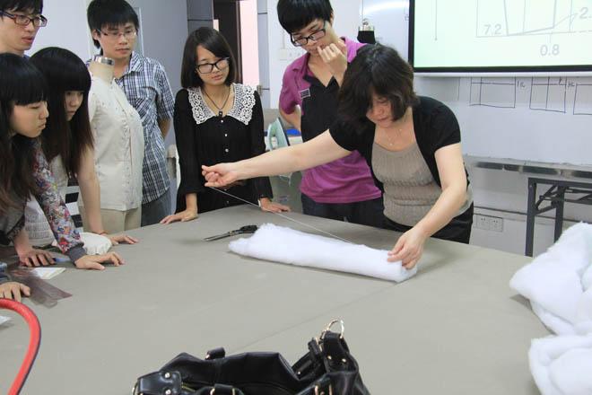 鉛筆,彩鉛  服裝效果圖:馬克筆,鉛筆,橡皮擦,彩鉛,a3或a4速寫本 課堂