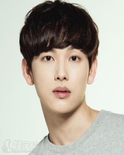 韩国里潮流十足的一款男生发型,蘑菇头的短发修剪融入微卷烫发设计图片