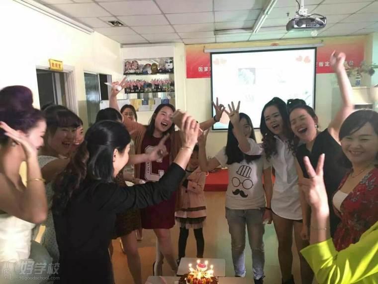 学员在课室过生日