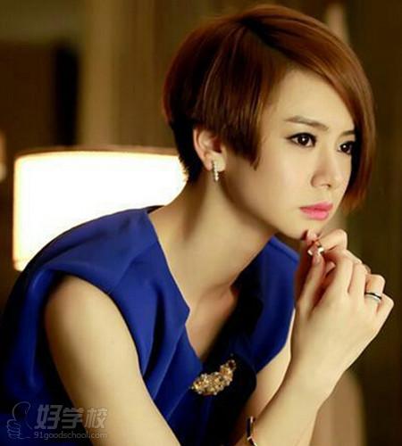戚薇也是小脸美女,剪了短发的她性感可爱,精致的小脸蛋搭配不规则