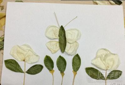 树叶作画创意多 外教学员齐欢乐