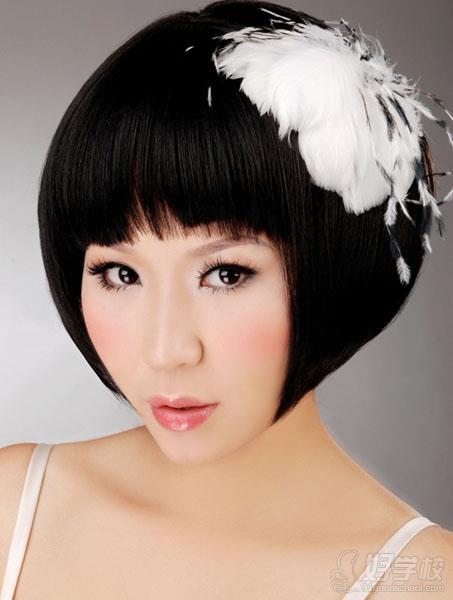 其实使用深粉色腮红进行结构式打法也可以有效缓解脸