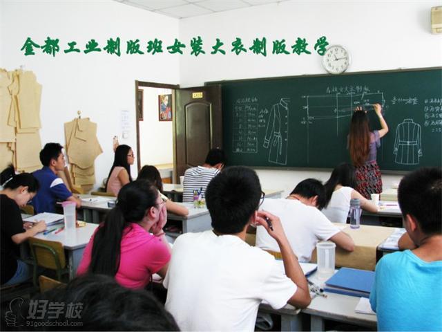 【课程内容】 制板业余班可以从零学起,也可以进行制板专业进修。教学因材施教,采取面对面,一对一的方法。全面掌握日本原型新式制板方法,掌握服装结构变化规律,掌握所有领型、袖型结构方法,达到服装中高级制板水平。 学习各式长短裙装版型,女西裙、斜裙、筒裙.A字裙,塔裙,各种男女高级流行裤装,西裤、筒裤、板裤、喇叭裤,牛仔裤.