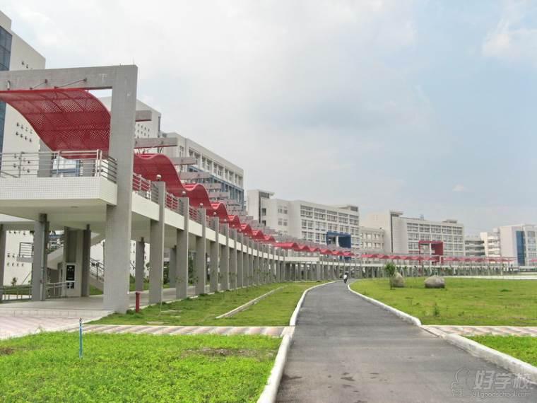 【广州大学】 广州大学是以国家重要中心城市广州命名的综合性大学,于2000年合并组建,有着近90年的办学传统。学校立足珠三角区位优势,强化大学的使命与担当,锐意改革,开拓进取,各项事业实现跨越式发展,成为一所快速发展、充满活力的大学,是广东省和广州市高水平大学建设高校。广州大学正在向国内一流、国际知名的高水平大学迈进。  学校现有大学城、桂花岗两个校区,校园总面积1880亩,拥有丰富的教学资源和较完善的科研设施。学校办学规模较大,学科门类较全,现有在校全日制学生33833 人,其中硕士研究生2798人,
