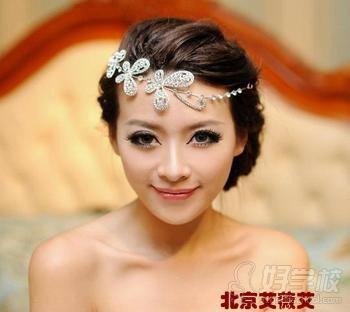 2013年最流行的新娘编发造型 我们在编发完成之后可以搭配一款水晶或