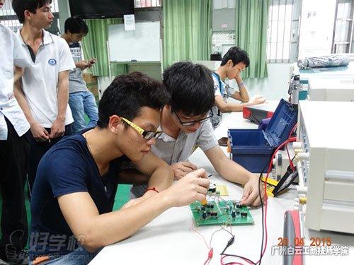 在学校实训室研讨调试电路