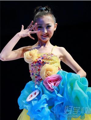 少儿模特可以有效的培养少儿良好的走姿模特步气质,锻炼儿童对音乐的