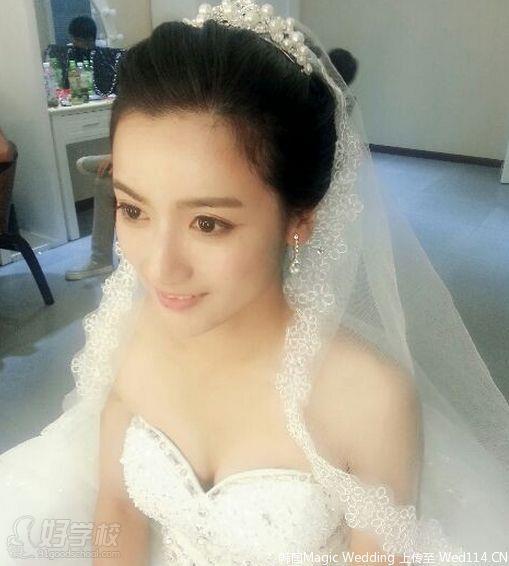 【职业简介】 新娘化妆新娘跟妆是现今流行的为新娘化妆的服务,如尚品行彩妆,顾名思义就是跟在新娘的左右为其服务,包括化妆,造型,整体搭配,和结婚当天的礼仪指导等内容。为新娘提供方便的服务,让新娘在特别的一天有特别的亮相。  【发展前景】 婚庆市场越来越红火,新娘跟妆师也逐渐成为众多都市女性选择职业的新宠。打造一场完美的婚礼,新娘跟妆师所起的作用非同一般,新娘跟妆师的职业前景令人期待,入行一年之内新娘跟妆师单个新娘妆收费也会在1000元以上,资深新娘跟妆师的月收入平均都会在10000元以上,这还不包括其它业务